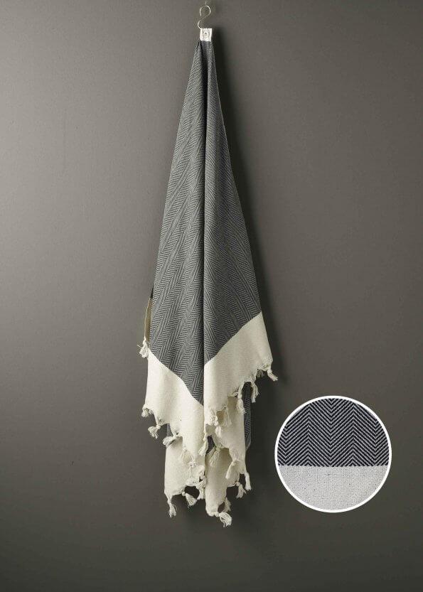 Produktbillede af strandhåndklæde i sort med sildebenmønster