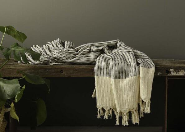 Produktbillede af tæppe med sort og hvidt mønster
