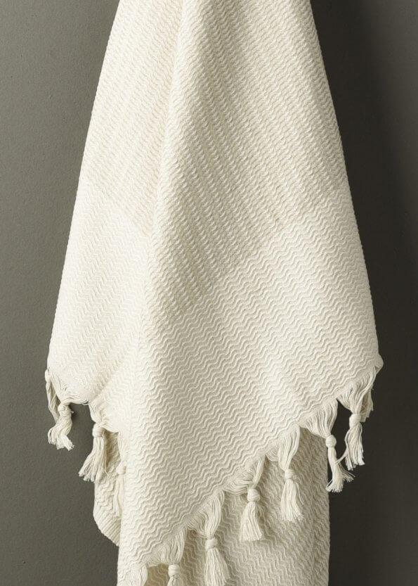 Nært produktbillede af strandhåndklæde i beige