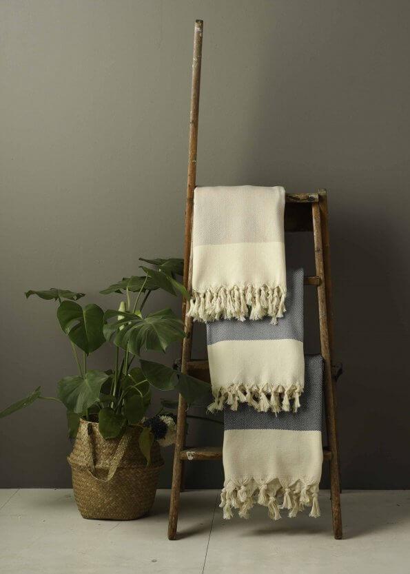 Produktbillede af strandhåndklæder i denim, beige og sort med sildebenmønster