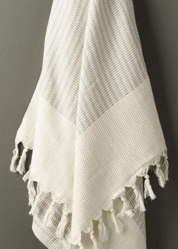 Nært produktbillede af strandhåndklæde i grå