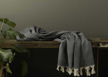 Produktbillede af tæppe med sort diamantmønster