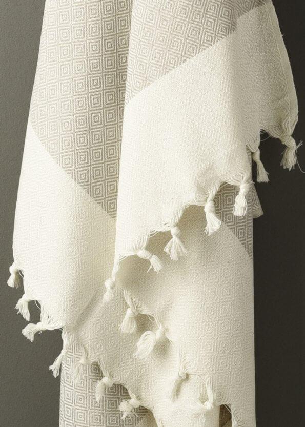 Nært produktbillede af gråt strandhåndklæde med diamantmønster