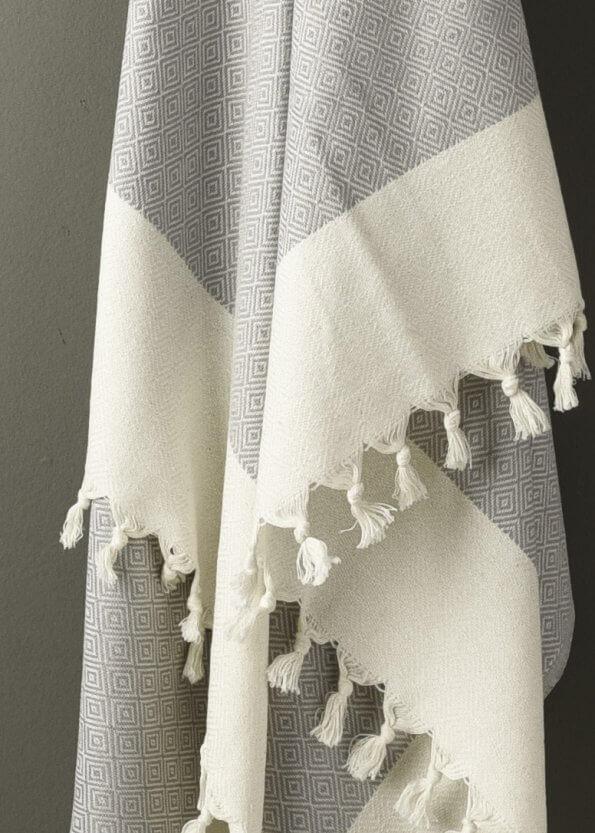 Nært produktbillede af gråt strandhåndklæde med diamtmønster