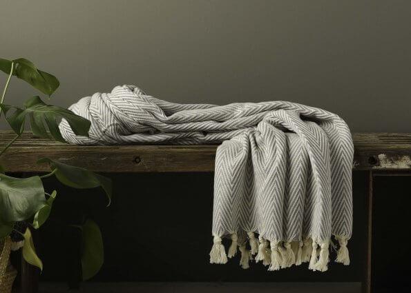 Produktbillede af lysegråt tæppe med sildeben