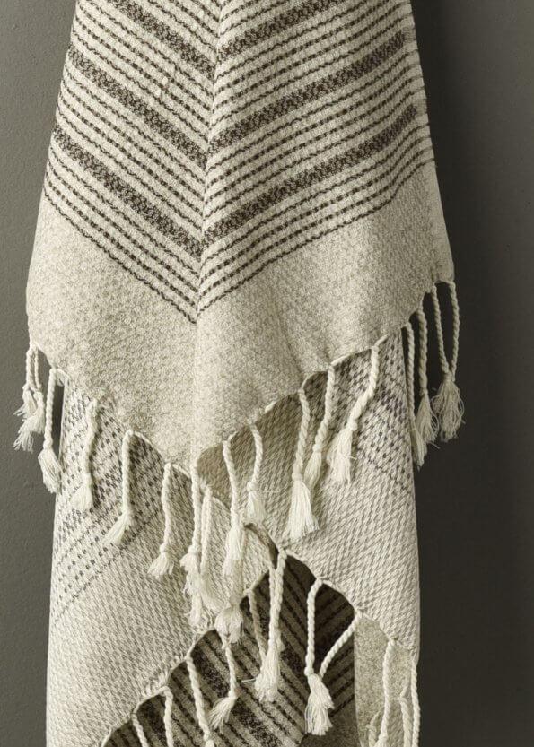 Nært produktbillede af strandhåndklæde i brun med striber