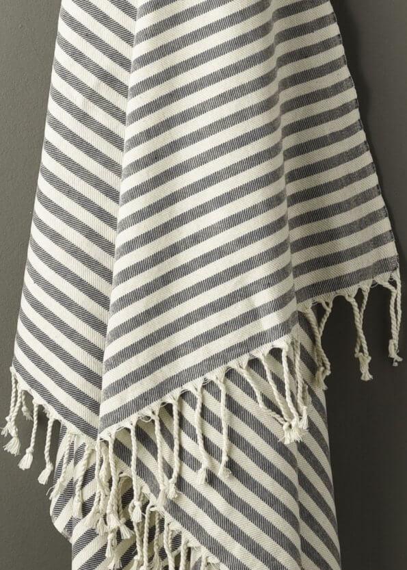 Nært produktbillede af stribet strandhåndklæde i blå