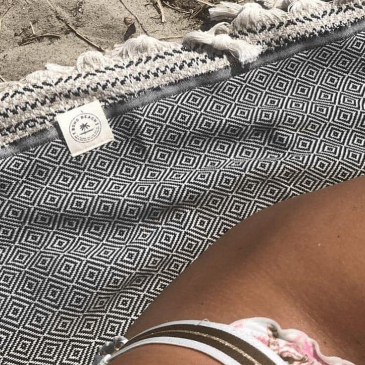 Strandtæppe og strandhåndklæde på stranden