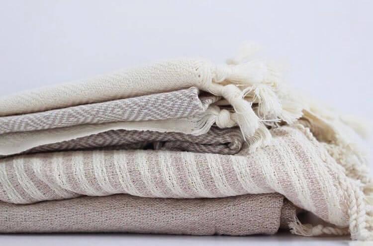 Hurtigtørrende tynde håndklæder der er foldet sammen