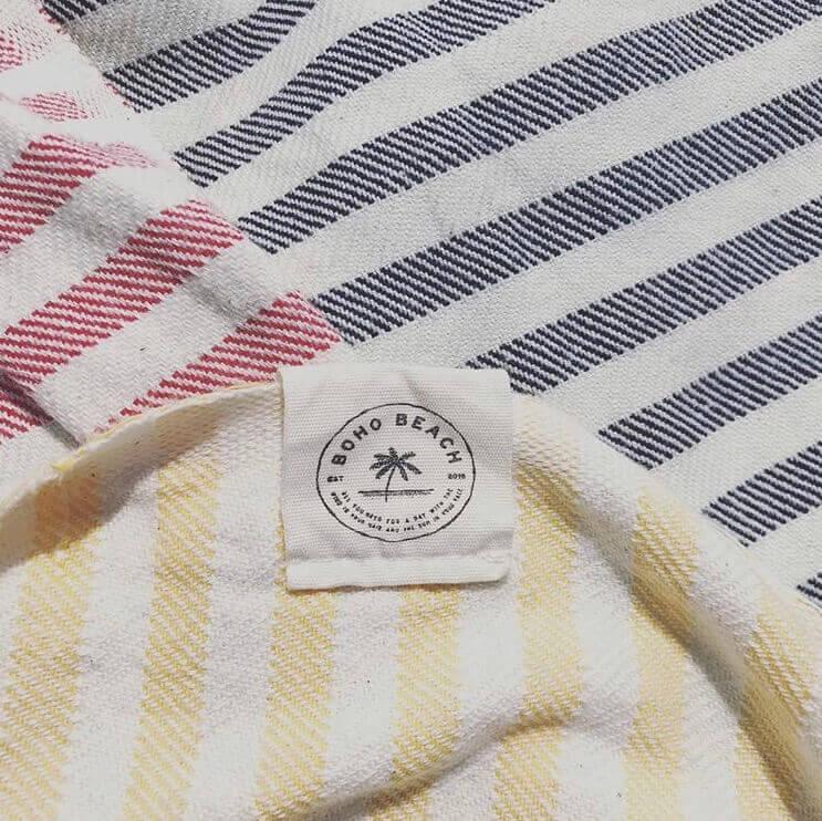 rød, gul og blå stribede strandhåndklæder