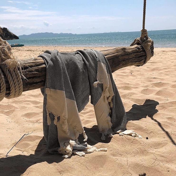 strandhåndklæde der hænger over naturgynge