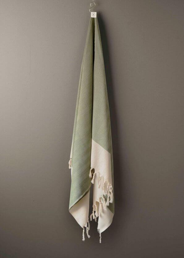 produktbillede af sainttropez i olivengrøn sildebens strandhåndklæde